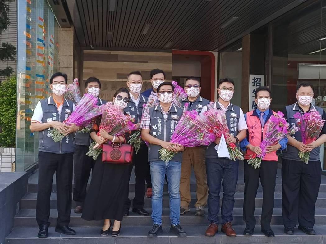 嘉藥臺南市校友會理事長陳皇宇帶領理監事團隊到母校致贈康乃馨。 嘉藥/提供