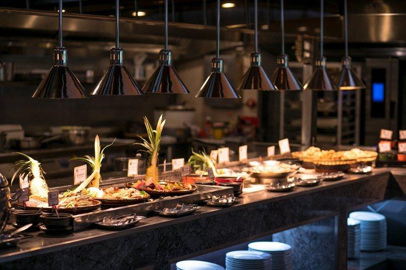 桂冠廳的百匯美饌吃到飽餐券,長期受食客歡迎。 長榮鳳凰酒店/提供