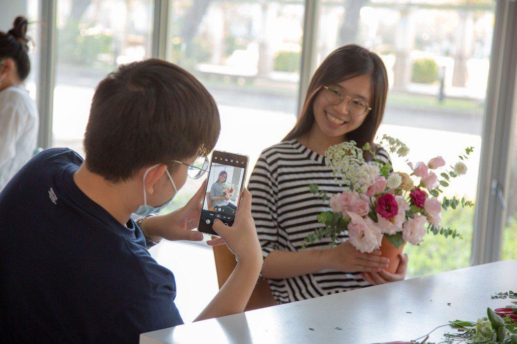 完成盆花後同學開心拍照分享成品給媽媽。 嘉藥/提供