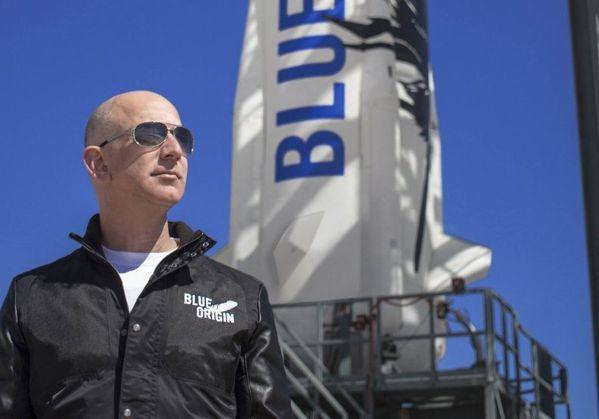 身為航太公司「藍源」(Blue Origin)的創辦人貝佐斯。圖/Blue Or...