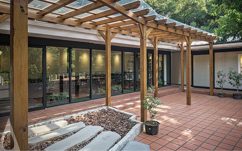 全新的中華大學校友會館「Lago Bistro」異國美食餐廳。 中華大學/提供