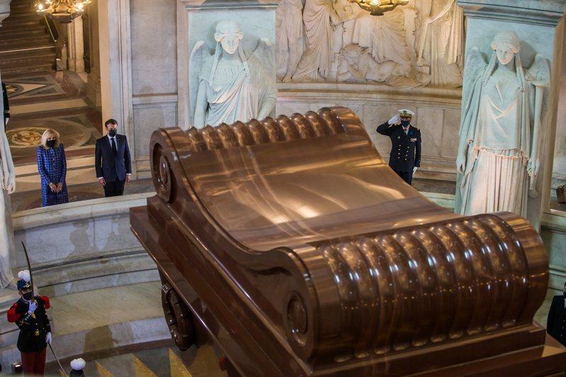 法國總統馬克宏(Emmanuel Macron)與夫人在拿破崙的墳前獻花致敬。 路透社