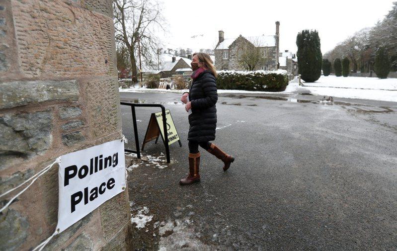 英國今天舉行地方和區域選舉,這是英國脫離歐洲聯盟(EU)及2019冠狀病毒疾病(COVID-19)疫情爆發以來首次舉行這類選舉。 圖/路透社