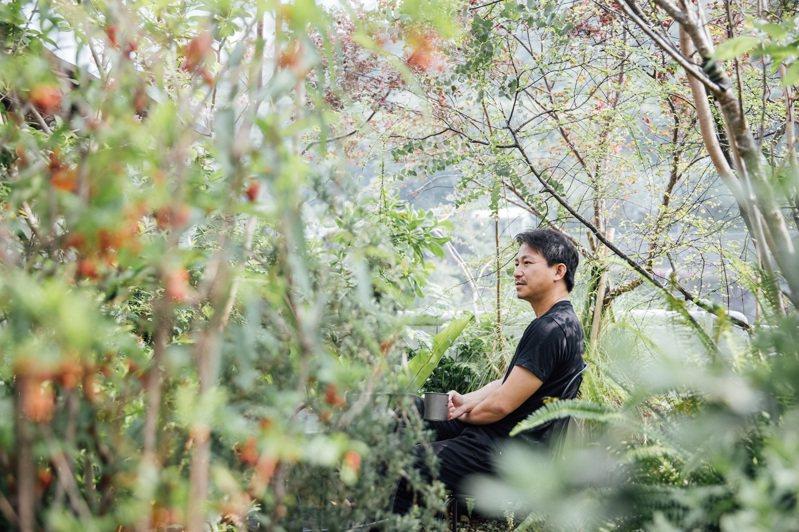 吳書原自家陽台有多達150種植物,他認為人處在山林的自然狀態裡才能得到最好的休憩效果。 (攝影/林冠良)