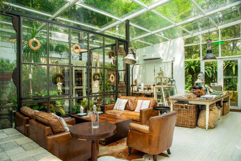 白屋大面積的玻璃設計,讓人與自然一起森呼吸。