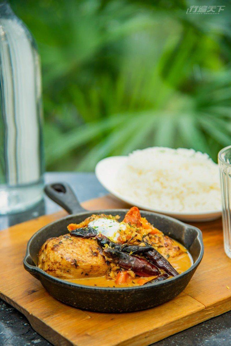 源自印度古帝國傳統風味美食的蒙兀爾乾辣椒奶油雞,精選輕纖低脂雞胸肉,先以瑪莎拉香料醃過加入印度乾辣椒、淋上奶油醬汁後煎烤,佐上自家製優格。