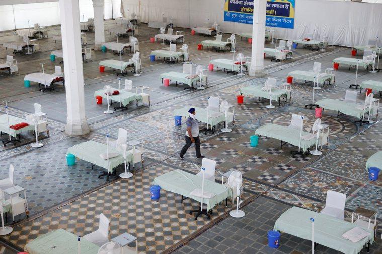 印度新德里一處錫克教寺廟五日改建成臨時醫院,準備收治新冠病患。印度每日新增病例太...