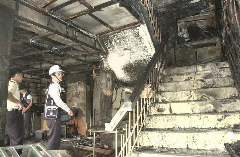 宜蘭市仁愛醫院第二院區凌晨發生大火,造成病患八死十八傷慘劇,火勢從一樓沿著樓梯往上竄燒,因此造成重大傷亡。圖/聯合報系資料照片