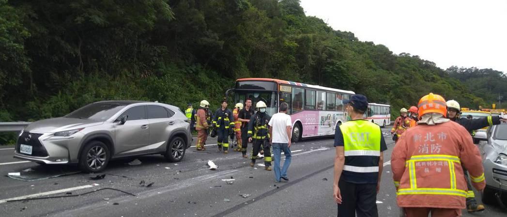 國道三號北上44.8公里處,一輛聯結車、大貨車、公車和2輛轎車發生連環追撞。圖/...
