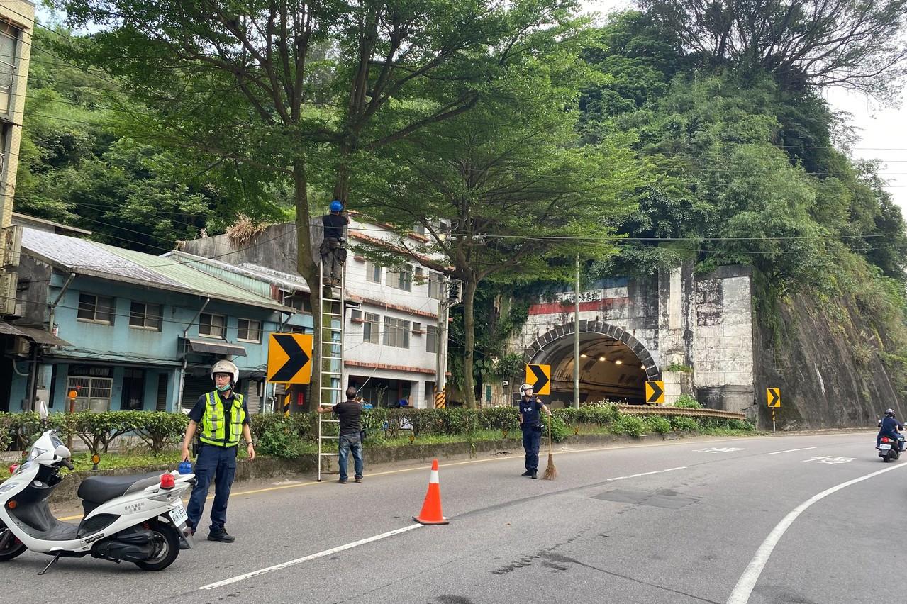 纜線低垂橫跨車道 員警及時防止變成騎士致命危機