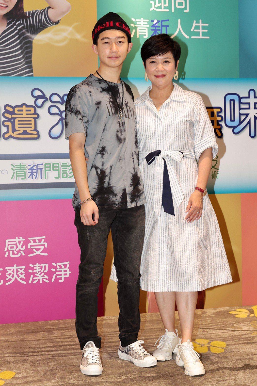 崔佩儀(右)和兒子貝克宇出席記者會。記者李政龍/攝影