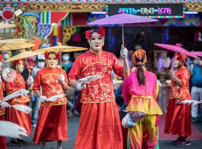 鳳軒民俗技藝團反串扮演「民俗牛犁陣」受歡迎。圖/高雄市青年局提供