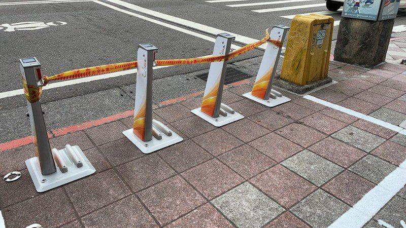 捷運古亭站周邊YouBike站點全拉上封鎖線,讓民眾誤以為車子及車柱全壞光。圖/民眾提供