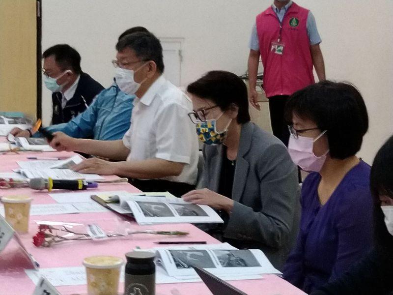 柯文哲(右三)先前提到,台灣過去一年多防疫戰略,用防疫旅館及居家檢疫做為防線,這個防線有個破口,機組員位置被擺這條防疫前線的外面、而非在防線內。記者林麗玉/攝影