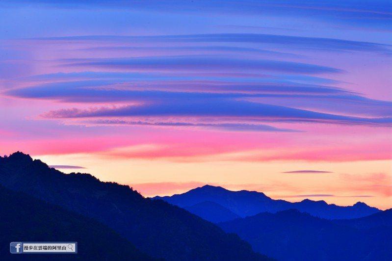 黃源明表示,小笠原山遠眺玉山群峰的莢狀火燒雲,絢麗的色彩令人讚嘆。圖/翻攝自「漫步在雲端的阿里山」