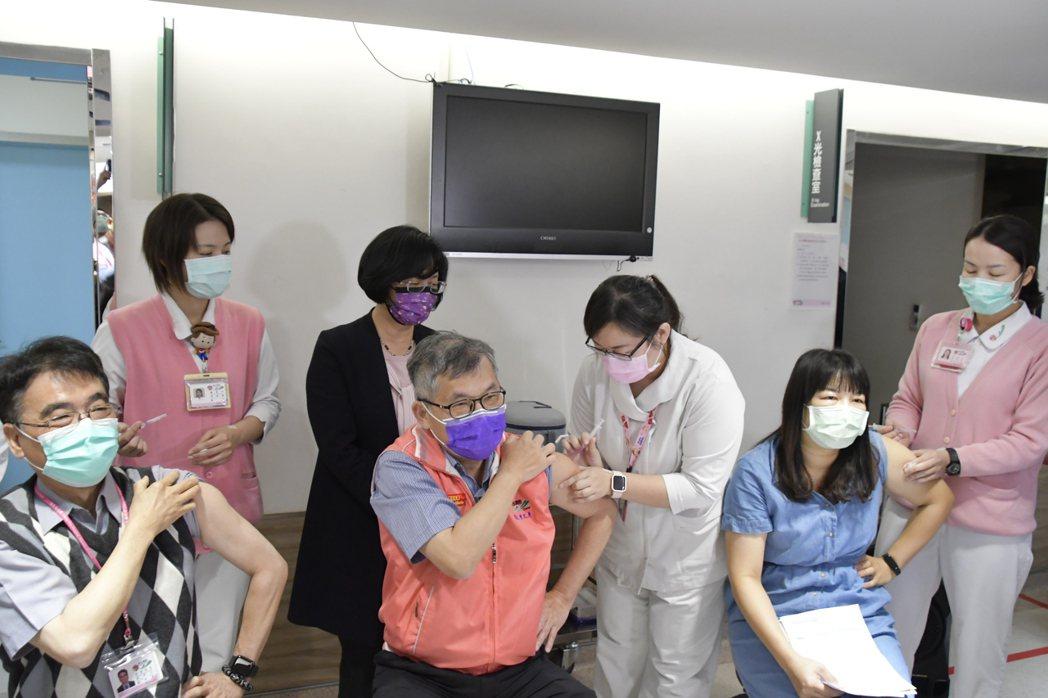 彰化縣長王惠美(左3)日前關心縣內防疫人員施打COVID-19 AZ疫苗的情況,...