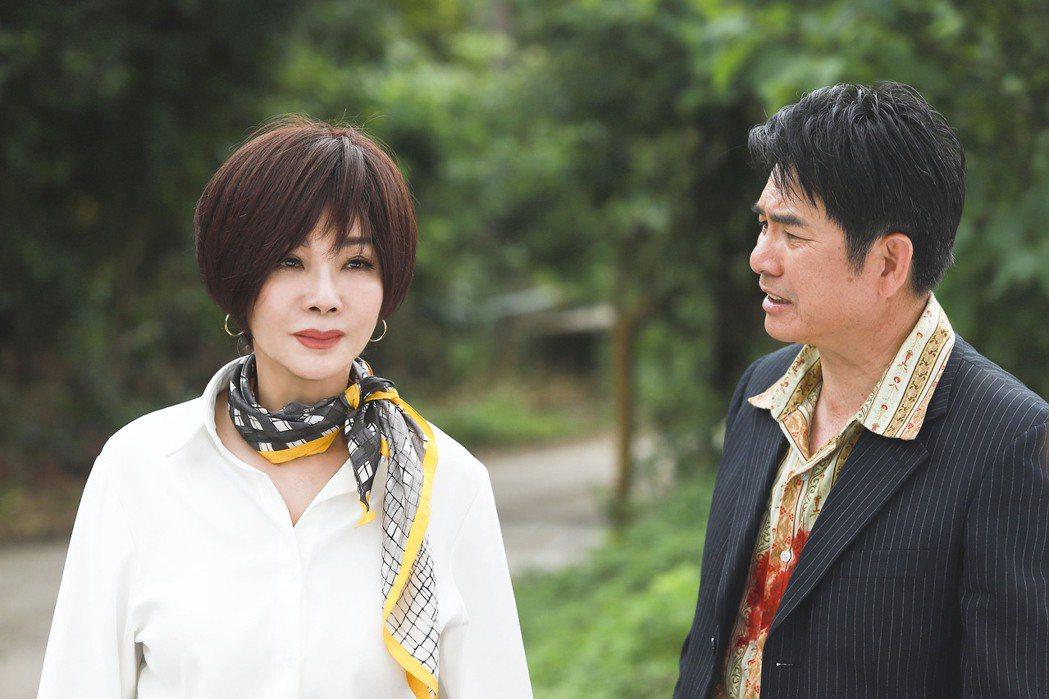 陳美鳳(左)、洪都拉斯忙拍新戲「黃金歲月」。圖/民視提供