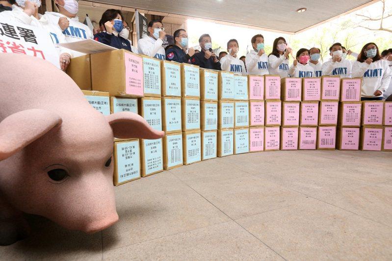 圖國民黨遞交反萊豬與公投綁大選兩案連署書。聯合報系資料照片