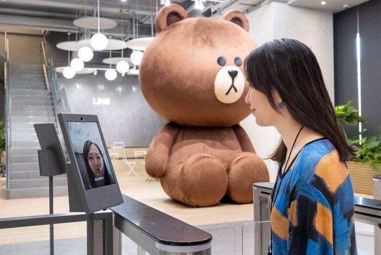 LINE新辦公室的門禁系統運用CLOVA FaceSign人臉辨識技術,是LIN...