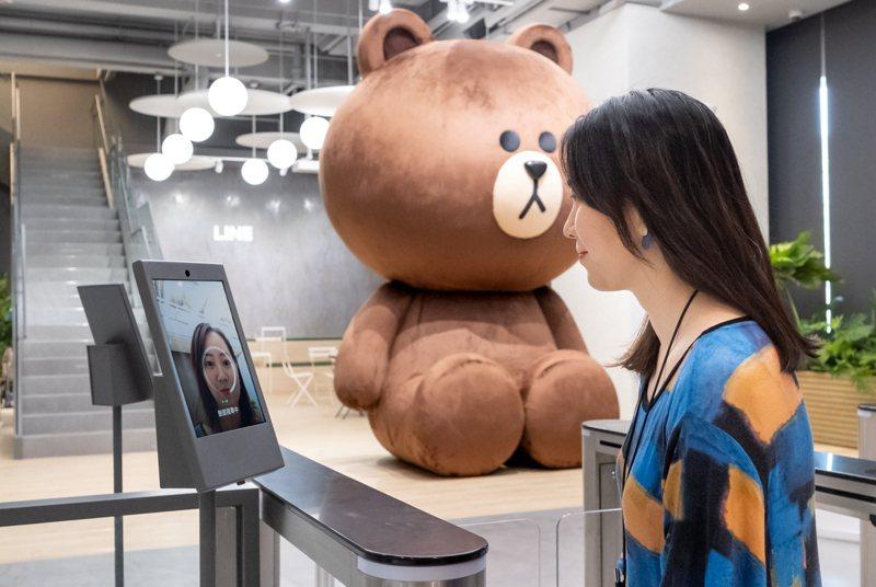 LINE新辦公室的門禁系統運用CLOVA FaceSign人臉辨識技術,是LINE集團在世界各地第一個應用人臉辨識系統管理人員進出的門禁系統。圖/LINE台灣提供