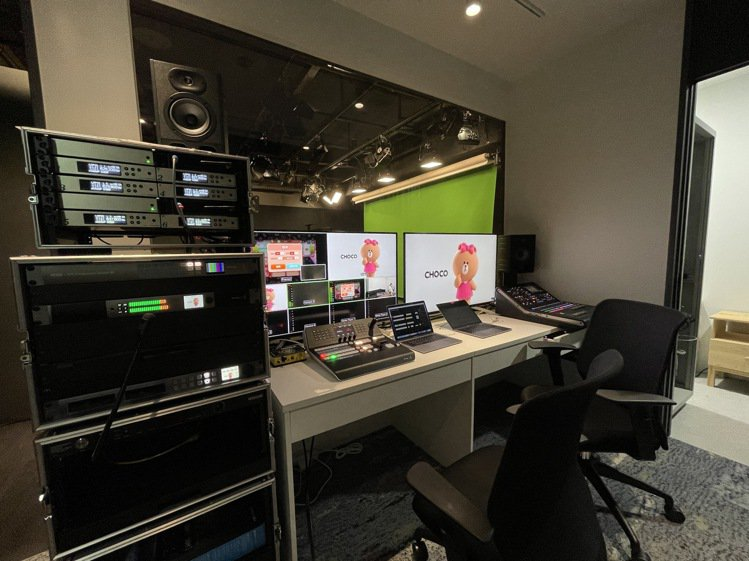 LINE STUDIO的專業副控室,即時掌控攝影棚拍攝狀況,也可處理大型活動轉播...