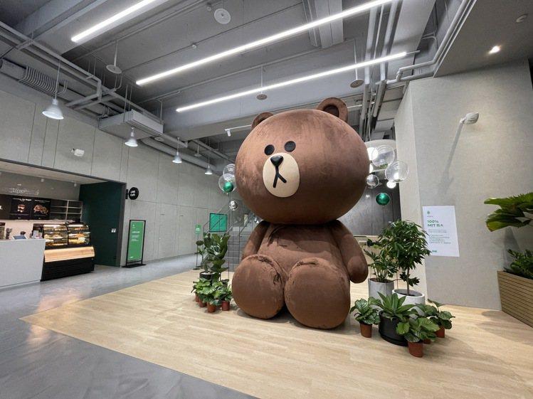LINE新辦公室1樓進駐了全球最大的熊大玩偶,高達4公尺,為首座100%由台灣製...