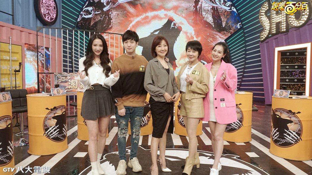 林采緹(左起)、韓靖、余皓然、布蘭妮、王思佳錄「凹嗚狼人殺」。圖/八大提供