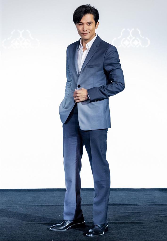 邱澤身穿聚光燈漸層設計西裝外套86,900元、西褲30,500元。圖/FENDI...