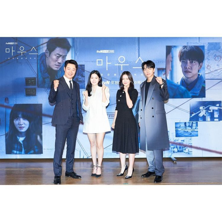 李昇基在韓劇「MONSTER」發布會上穿了FENDI聚光燈效果西裝大衣。圖/取自...