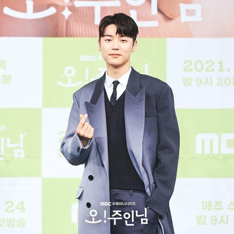 姜敏赫在「Oh!珠仁君」發表會上身穿FENDI聚光燈效果西裝大衣。圖/取自IG