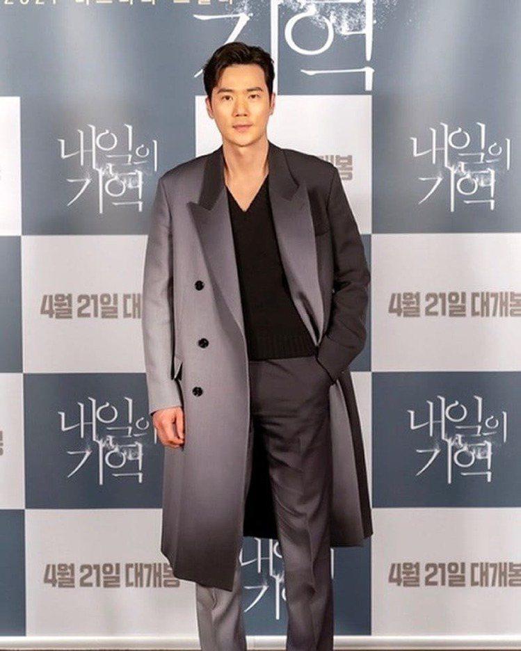 金剛于在韓影「迴憶」試映會以FENDI聚光燈效果西裝大衣出席。圖/取自IG