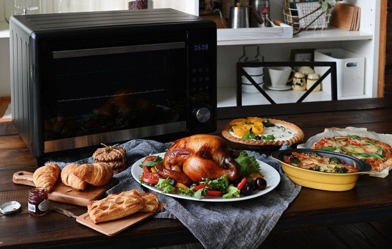 伊萊克斯40L電子式精準控溫旋風烤箱,建議售價6,990元。圖/伊萊克斯提供