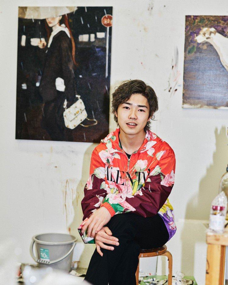 來自日本的長島伊織則以畫筆勾勒象牙白Roman Stud Crochet手袋在黑...