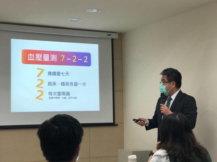 台灣高血壓學會理事長高憲立指出,居家血壓量測掌握「722原則」。記者黃惠群/攝影