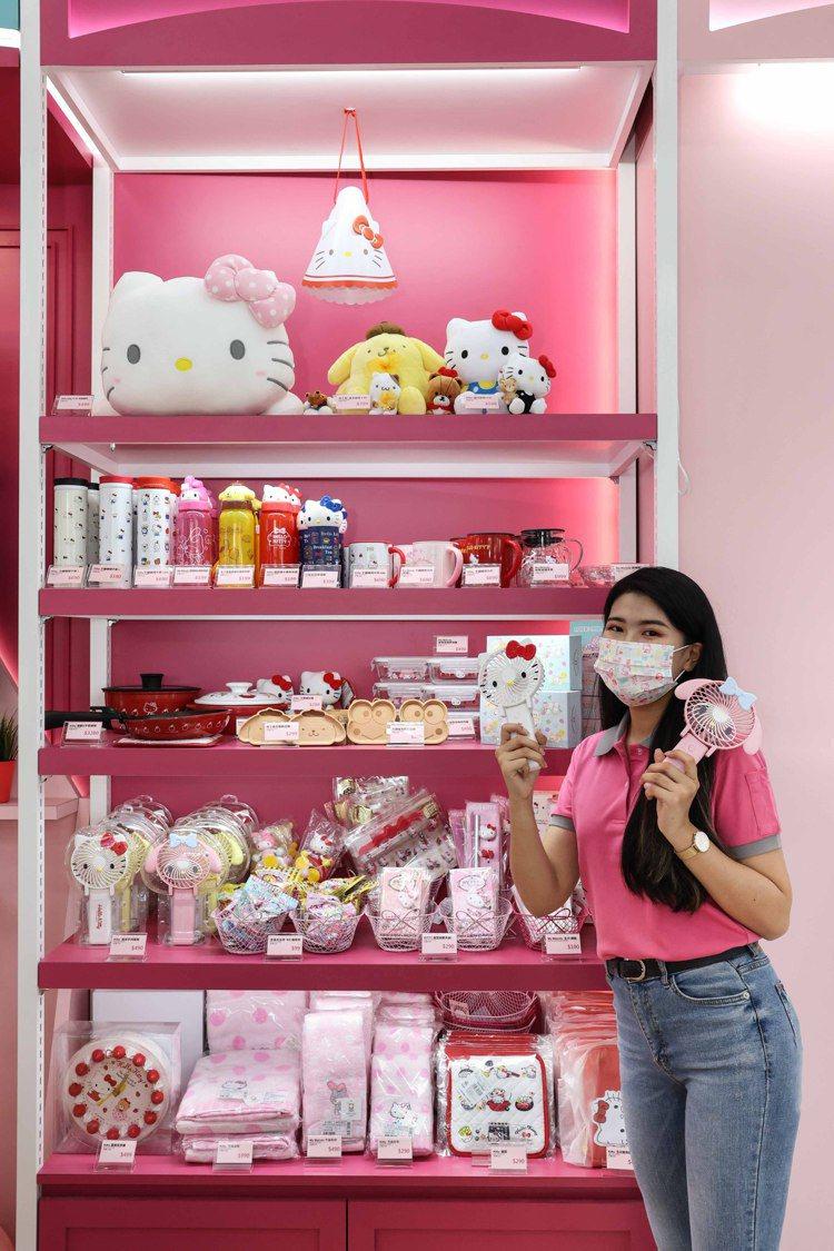 聯名店內也設置三麗鷗專區,販售多款如筆袋、壁鐘、手提袋、餐具組、保溫杯、絨毛玩偶...