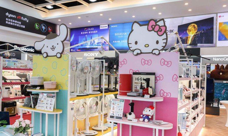 全國電子台南永華店各式層架採用海洋藍、湖水綠、鵝黃、粉紅色等色系打造,期待消費者...