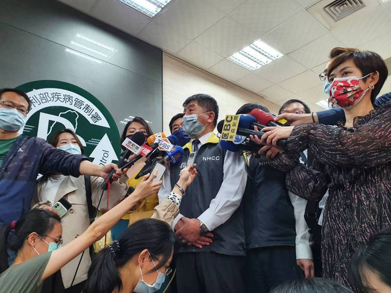 總統蔡英文今天下午訪視指揮中心,指揮官陳時中表示,總統來到指揮中心對同仁有很大的鼓舞,「和總統合照大家都很高興」。記者楊雅棠/攝影