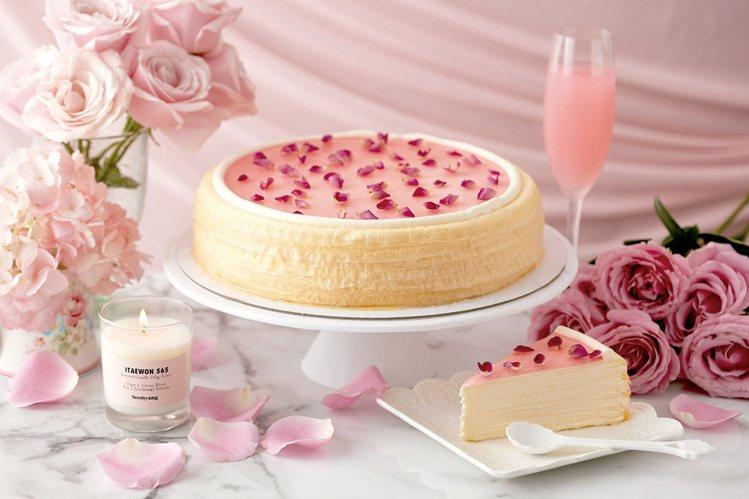 新光三越統計,今年母親節蛋糕銷售逾3萬顆,圖為LADY M期間限訂玫瑰千層蛋糕,...