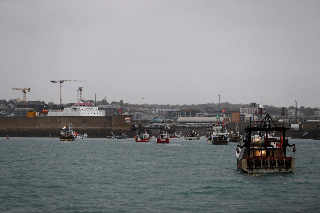 英法兩國近日為英國脫歐後的皇家屬地澤西島捕魚權爆發糾紛,100艘法國漁船組成的船...