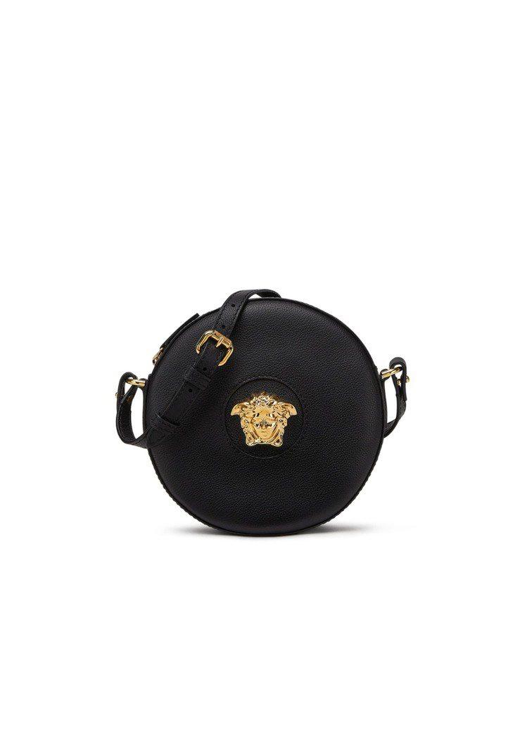 La Medusa黑色圓形相機包,35,000元。圖/Versace提供