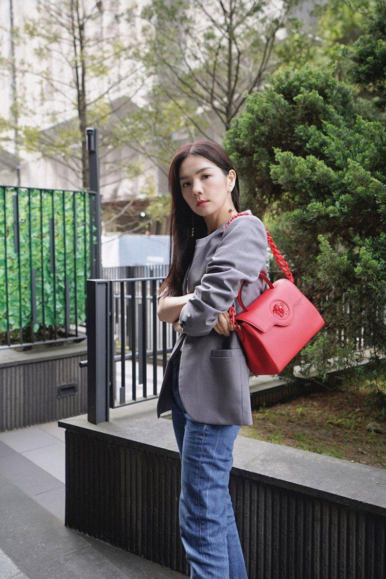 Ella背La Medusa紅色中型手袋。圖/Versace提供