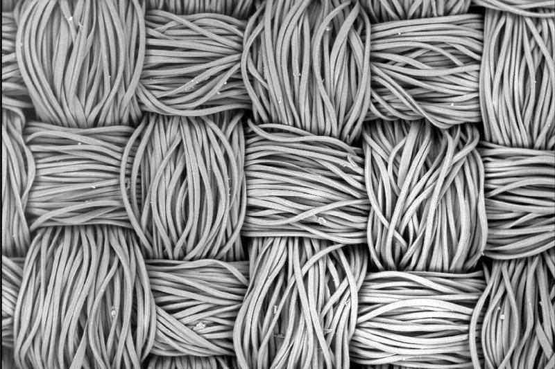 日本製出「夢幻材料」人造纖維,強度勝鋼鐵,將來還可能用來做汽車、飛機材料。圖為顯微鏡下的聚酯纖維。路透