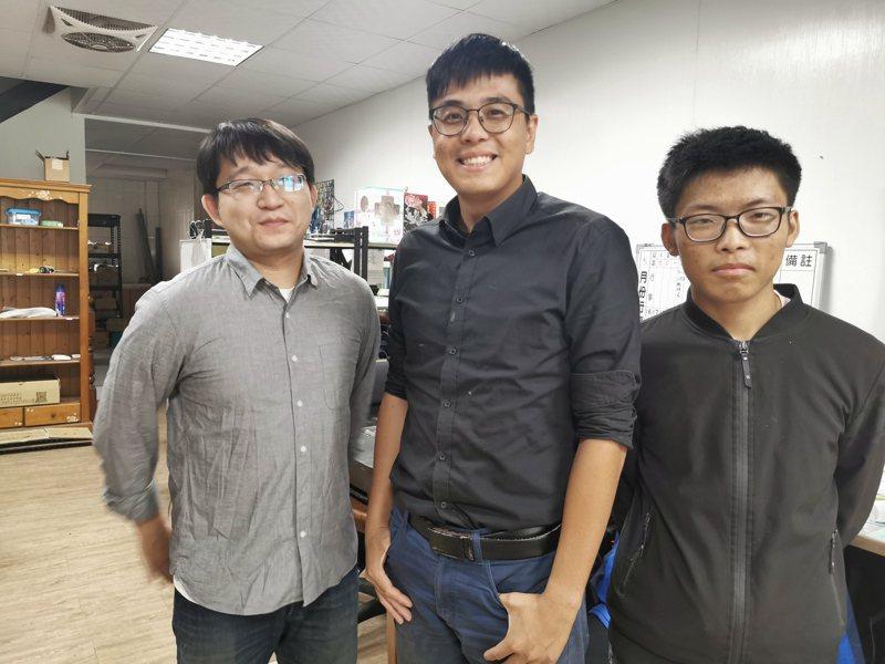 嘉大畢業生楊舒宇(中)、王建宇(左)、陳嘉偉團隊,獲得嘉義市政府補助40萬元創業獎勵基金。記者卜敏正/攝影