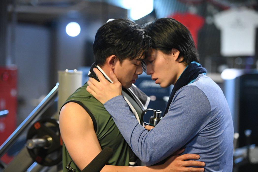 林禹(右)和鄭暐達上演激情擁吻。圖/三立提供