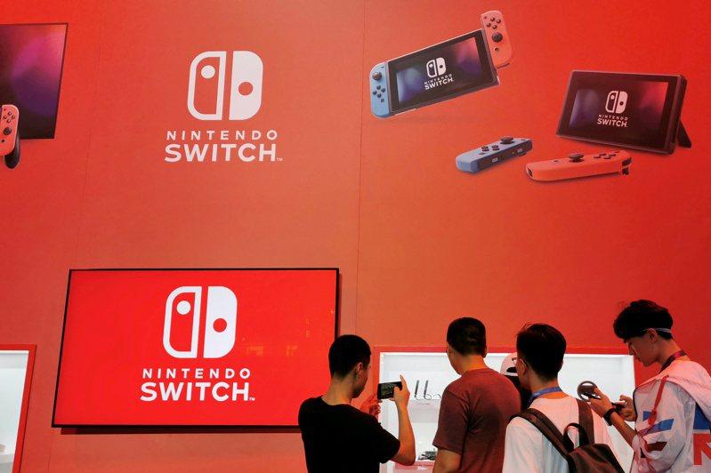 拜疫情帶起的遊戲需求所賜,任天堂遊戲機Switch去年售出2,880萬台,今年能否維持銷售動能將是關鍵。圖/路透社