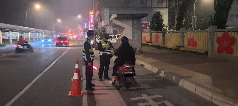 金門警方自4月1日起,針對酒後駕車、無照駕駛及改裝車輛等違規項目,展開為期1個月的強力交通執法,取締交通違規共計223件,成效斐然。圖/警方提供
