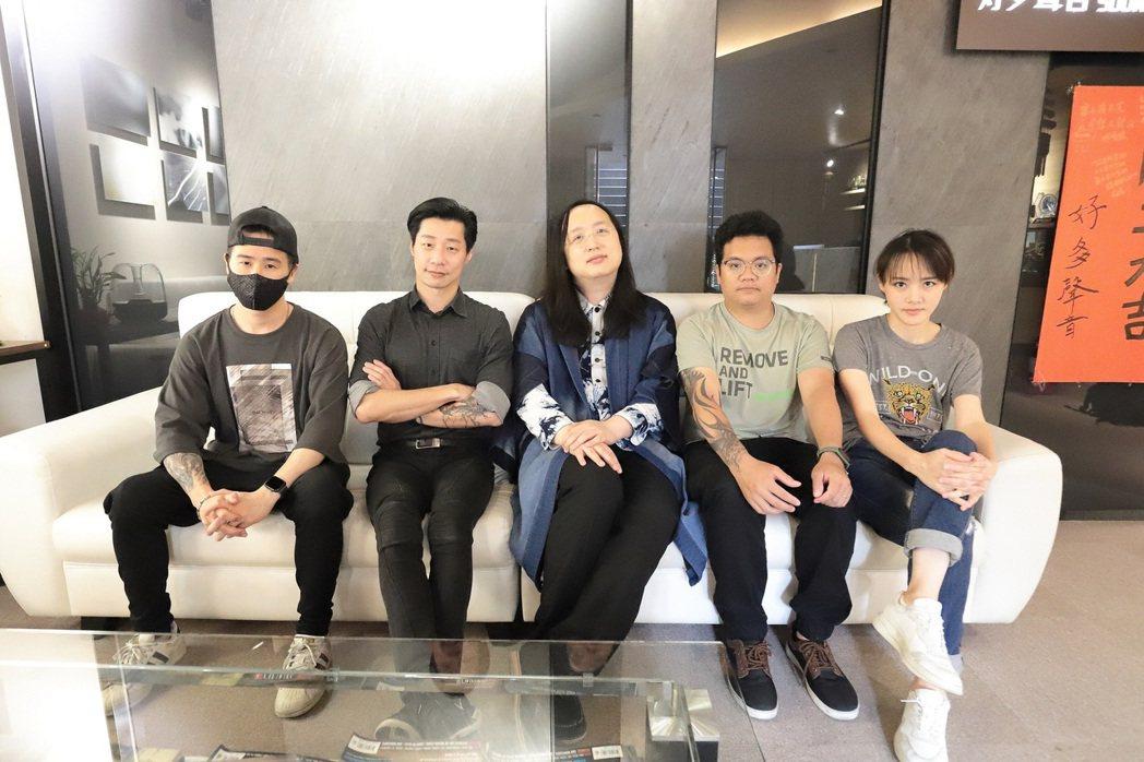 IT大臣唐鳳(左3)首開金口「說唱」台語,成閃靈第6位限定團員。圖/出日音樂提供