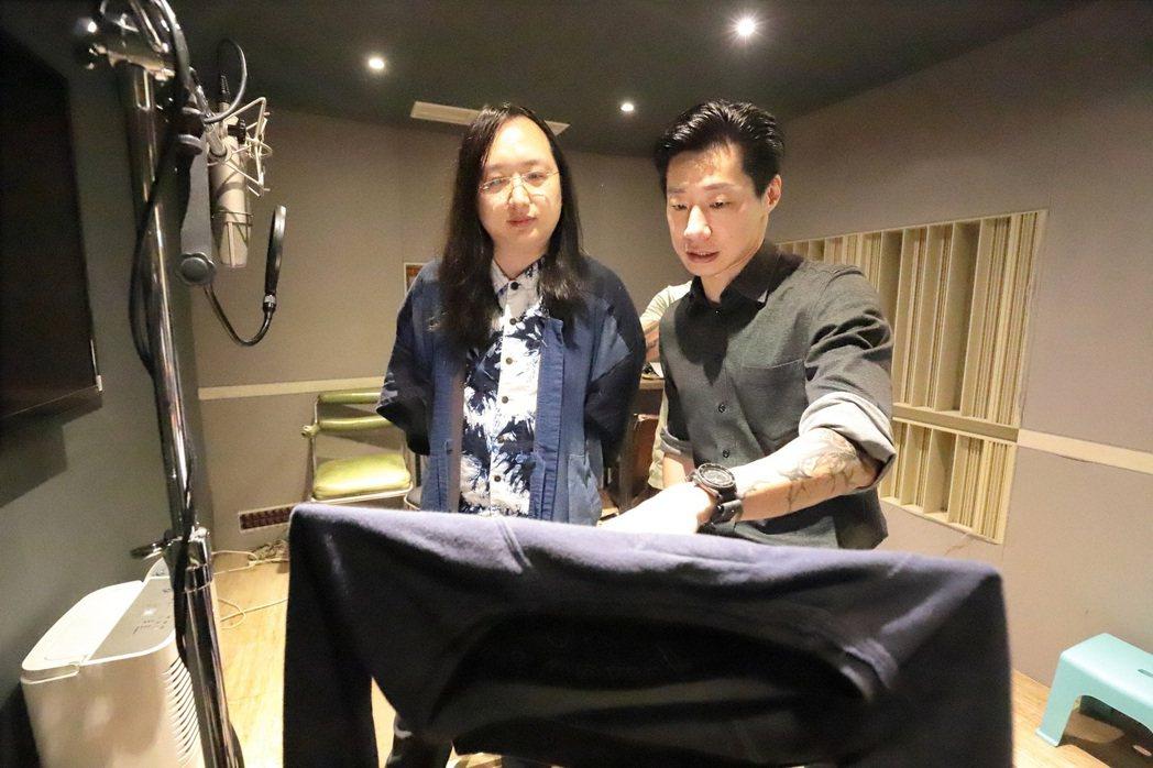 IT大臣唐鳳(左)首度獻聲,向有「台語大師」Freddy拜師學藝現學現唱。圖/出...