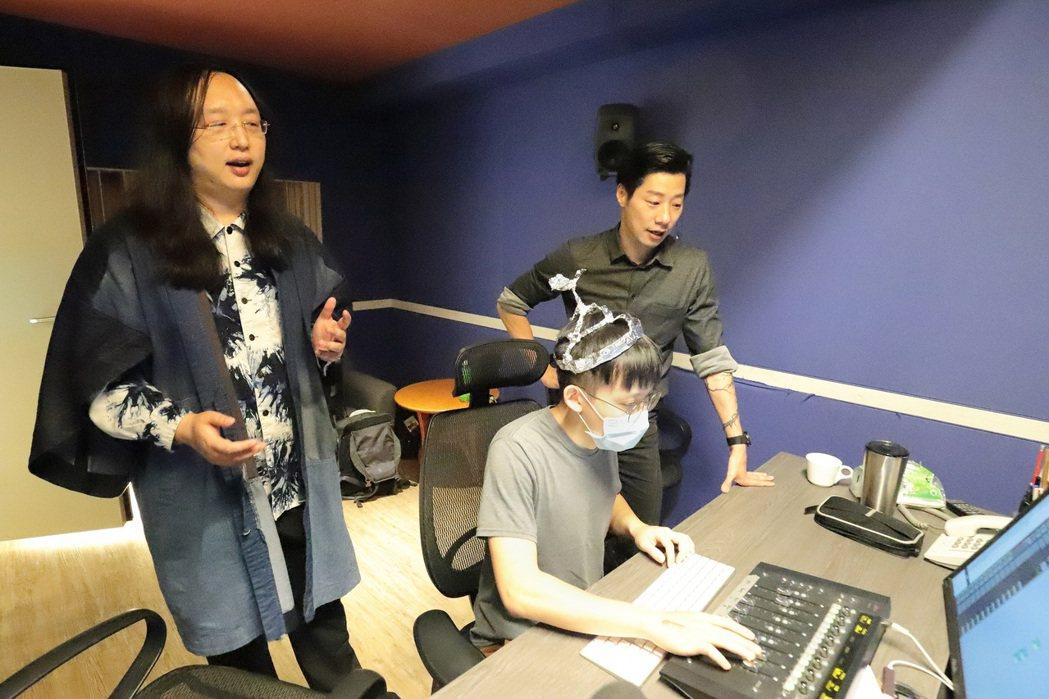 唐鳳(左)高音引腦波駭入,錄音師(中)戴上自製鋁箔帽自保。圖/出日音樂提供