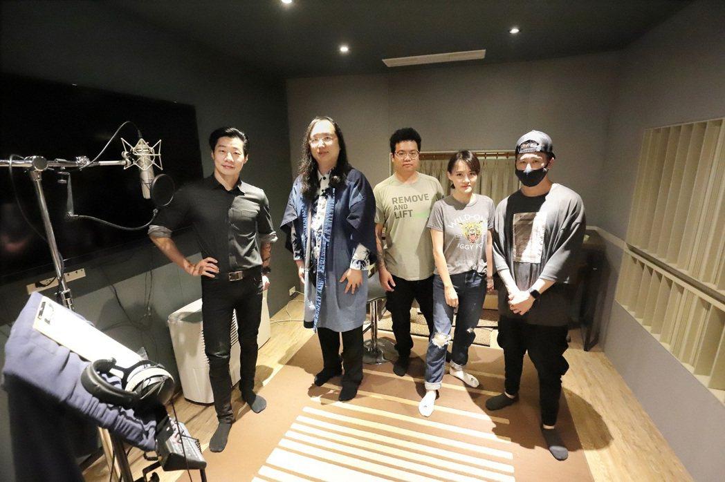 IT大臣唐鳳(左2)首開金口「說唱」台語,成閃靈第6位限定團員。圖/出日音樂提供